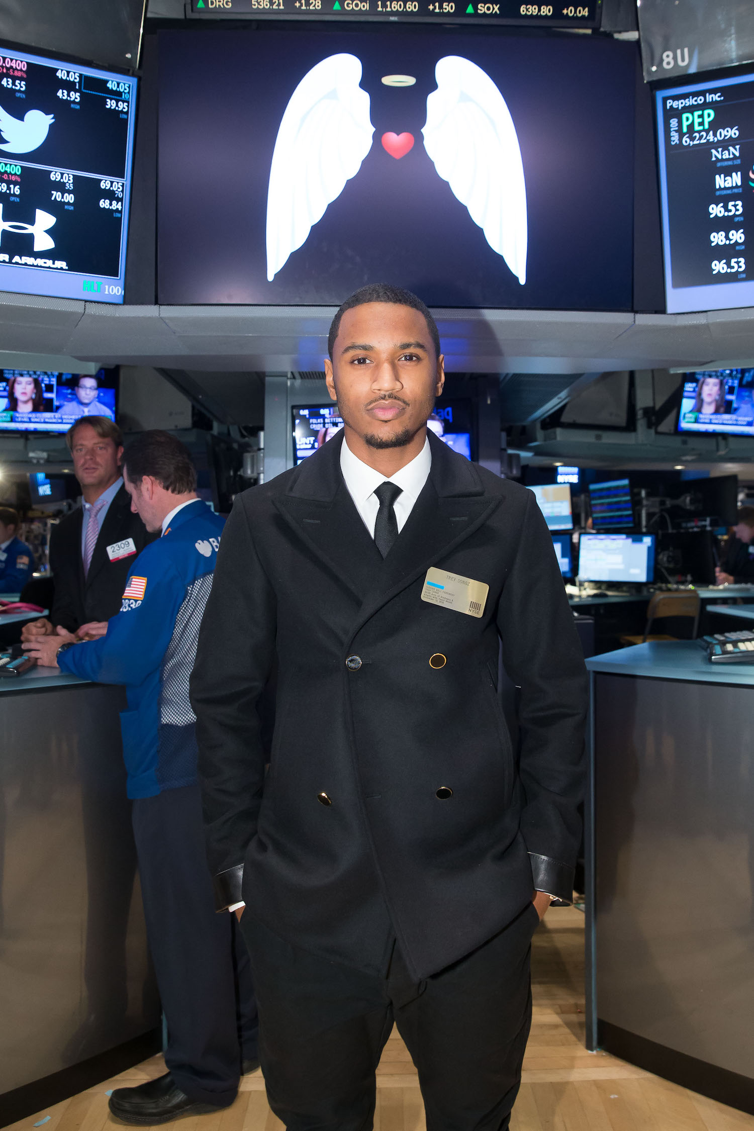 NEW YORK, NY – NOVEMBER 13: Entertainer Trey Songz Rings NYSE Closing Bell to Highlight 30 Acts of Kindness andAngels with Heart Month by ringing the Closing bell at the New York Stock Exchange on November 13, 2014 in New York City. (Photo by Ben Hider/NYSE)